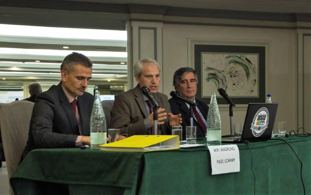 Ignacio López y Juan Somavilla, del INCUAL, presentando la Cualificación Profesional del Instalador de Aislamiento