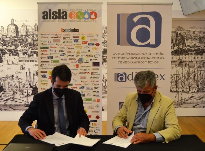José Antonio García, Presidente de AISLA, a la izquierda, y Juan Miguel Ramírez, Presidente de ADIPAEX, a la derecha, en un momento de la firma del acuerdo.